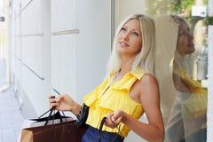 Gehender Einkauf der jungen Frau Lizenzfreies Stockbild