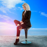 Reizend Geschäftsfrau, die auf Stuhl aufwirft Lizenzfreies Stockfoto
