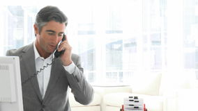 Reizend Geschäftsmann, der am Telefon spricht stock video footage