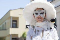 Reizend italienische Frau im venetianischen weißen Kostümmaskenkleid Stockbilder