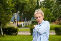 Reizend junge blonde Aufstellung auf Natur Lizenzfreies Stockbild