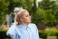 Reizend junge blonde Aufstellung auf Natur Lizenzfreies Stockfoto