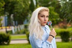 Reizend junge blonde Aufstellung auf Natur Stockfotografie