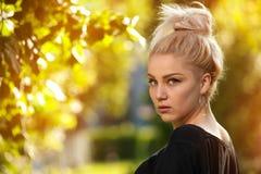 Reizend junge blonde Aufstellung auf Natur Stockfotos
