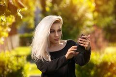 Reizend junge blonde Aufstellung auf Natur Lizenzfreie Stockfotos