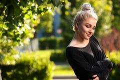 Reizend junge blonde Aufstellung auf Natur Stockbild