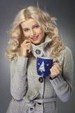 Reizend junge Dame mit Tasse Kaffee Lizenzfreie Stockfotos