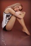 Reizend junge Frau auf braunem Hintergrund im Studio Stockbilder