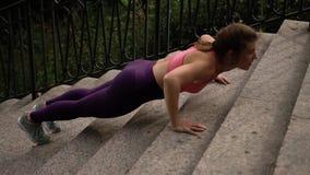 Reizend junge Frau in der Sportkleidung ausarbeitend stock footage