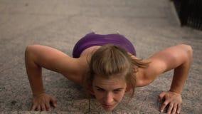 Reizend junge Frau in der Sportkleidung ausarbeitend stock video footage
