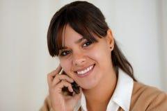 Reizend junge Frau, die über Mobiltelefon spricht Stockfotos