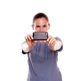 Reizend junge Frau, die ein Foto mit Mobiltelefon nimmt Lizenzfreies Stockbild
