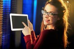 Reizend junge Frau, die eine Tablette zeigt lizenzfreies stockfoto
