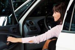 Reizend junge Frau, die in einem Auto sitzt Lizenzfreie Stockfotografie