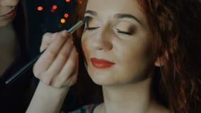 Reizend junge Frau, die nahes hohes des Rouges anwendet stock video
