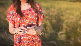 Reizend junge Frau, die zum intelligenten Mobiltelefon verwendet Lizenzfreies Stockfoto