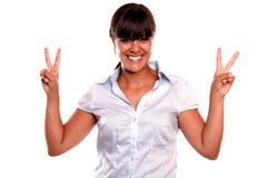 Reizend junge Frau mit einer gewinnenden Fluglage Lizenzfreie Stockfotos