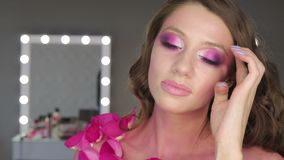 Reizend junge Frau mit rosa Make-up stock video