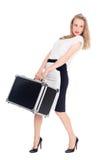 Reizend junge Frau trägt einen Koffer Stockbild