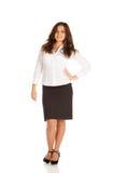 Reizend junge Geschäftsfrau auf weißem Hintergrund Lizenzfreie Stockfotografie