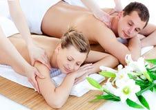 Reizend junge Paare, die eine rückseitige Massage genießen stockfotos