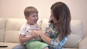 Reizend Junge und seine liebevolle junge Mutter zu Hause stock video footage
