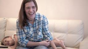 Reizend Junge und seine liebevolle junge Mutter zu Hause stock video