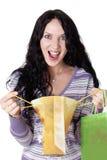 Reizend junger Brunette, der bunte Einkaufstaschen hält Lizenzfreies Stockfoto