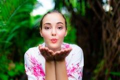 Reizend kaukasische Schönheit des Porträts Attraktive Frau ist lizenzfreie stockbilder