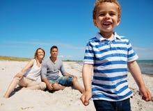 Reizend Kind mit Mamma und Vati auf Ferien stockbild