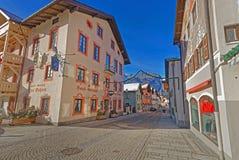 Reizend kleine bayerische Stadt mit Fassadenmalereien der Häuser stockbild