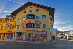 Reizend kleine bayerische Stadt mit liebevoll gemalten Häusern lizenzfreies stockfoto