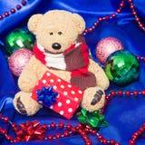 Reizend kleiner Teddybär mit Weihnachtsgeschenk Lizenzfreie Stockfotografie