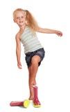 Reizend kleines blondes Mädchen durch das Tragen von den Gummistiefeln lokalisiert Lizenzfreies Stockfoto