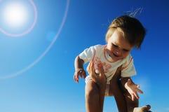 Reizend kleines glückliches Mädchen stockbild