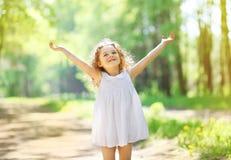 Reizend kleines Mädchen, das sonnigen Tag des Sommers genießt Stockfotos