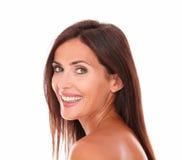 Reizend lateinische Frau, die an der Kamera lächelt Stockfotografie