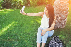 Reizend lateinische Frau macht Selbstporträt mit Handykamera Lizenzfreie Stockfotos