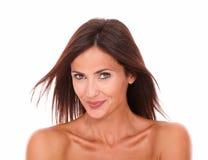 Reizend lateinisches weibliches Lächeln an der Kamera Lizenzfreie Stockbilder