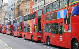 Reizend in Londen, Bussen op de Straat van Oxford Stock Afbeeldingen