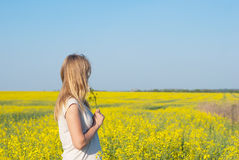 Reizend Mädchen, blond mit einem Blumenstrauß von Blumen in ihren Händen Lizenzfreies Stockbild