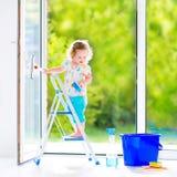 Reizend Mädchen, das ein Fenster wäscht Lizenzfreies Stockfoto