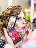 Reizend Mädchen, das Make-up in einem Schönheitssalon tut Stockfotografie