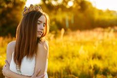 Reizend Mädchen mit einer Krone draußen lizenzfreie stockfotos