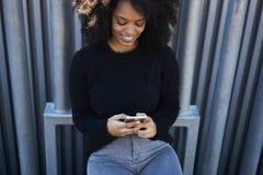 Reizend nette afro-amerikanische Frau, die draußen sonnigen Tag in der Straße verbringt Lizenzfreies Stockfoto