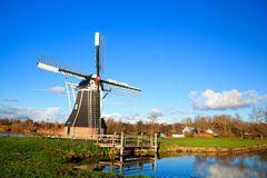 Reizend niederländische Windmühle Lizenzfreie Stockfotografie