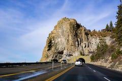 Reizend op de oever van Meer Tahoe op een zonnige de winterdag, Holrots zichtbaar op de achtergrond; Nevada stock foto's