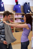 Reizend Paare, die nach einem Sweatshirt suchen Lizenzfreie Stockfotos