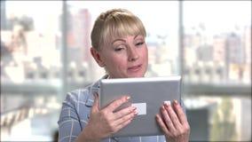Reizend reife Frau, die über Internet spricht stock video footage