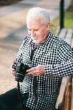 Reizend reifer Mann, der Fotografie genießt stockfotografie
